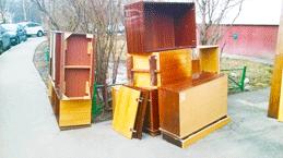 Мебель ждет контейнер на утилизацию